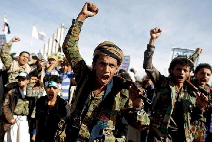 بأوامر إيرانية... هكذا أجبر الحوثيون الطلاب اليمنيين على أداء