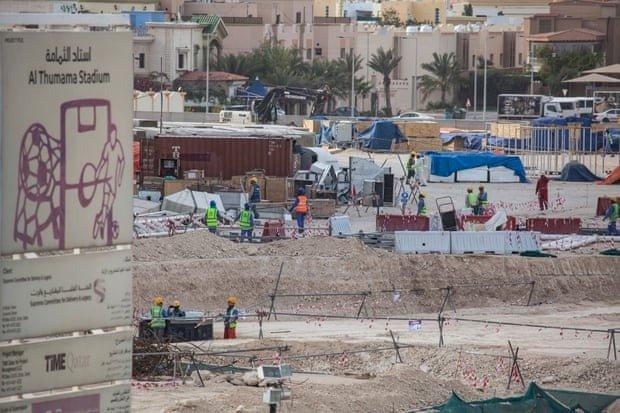 قطر تواصل العمل في منشآت كأس العالم رغم انتشار