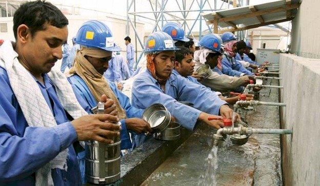 تعالي صرخات عمال كأس العالم في قطر: لسنا محصنين ضد الفيروس