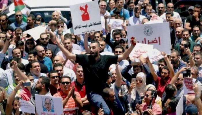 أردنيون يكشفون أسباب بَحْثهم عن الهجرة من البلاد