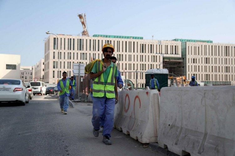 العفو الدولية تكشف انتهاكات قطر ضدّ العمال... ترحيل واحتجاز بدون طعام