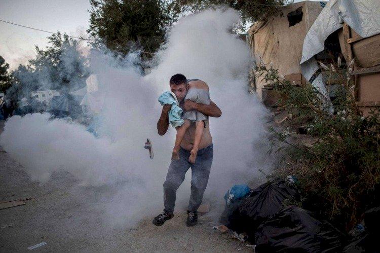 اللاجئون في اليونان.. هربوا من «جحيم سوريا» إلى نيران المخيمات