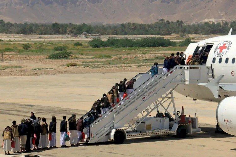 وصلت آخر طائراتهم.. تفاصيل عملية تبادل الأسرى الأكبر باليمن
