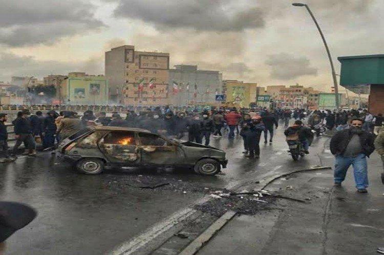 الإيرانيون يتحدون القمع ويكشفون للعالم عن جحيم نظام الملالي