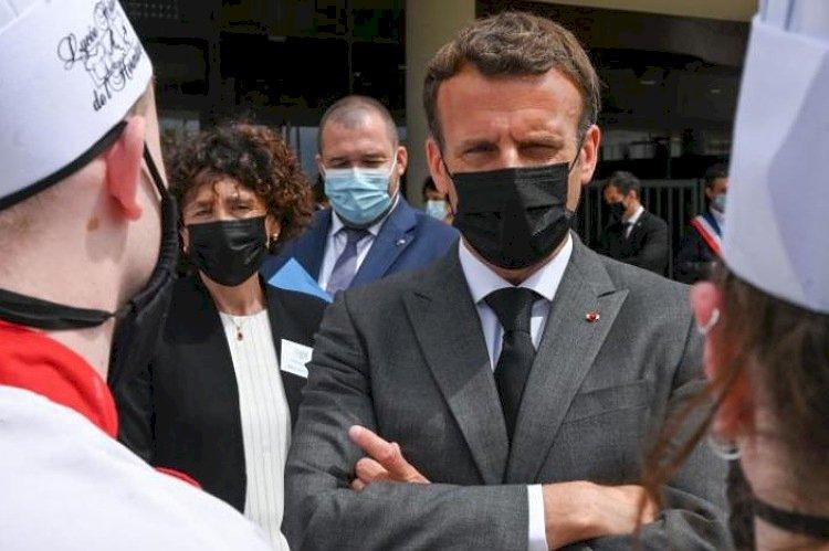 صفعه على وجهه.. مواطن فرنسي يعتدي على ماكرون بزيارته جنوب شرقي فرنسا