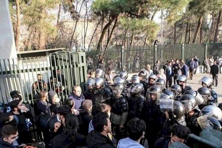 انتقادات حقوقية لإيران بسبب قمع احتجاجات