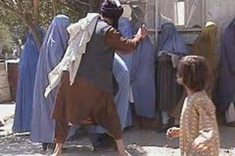 في عهد طالبان: المرأة الأفغانية.. حياة تحت جُنْح الظلام
